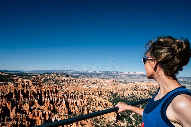 Bewundern Ansicht der Frau in Bryce Canyon National Park lizenzfreie stockfotos