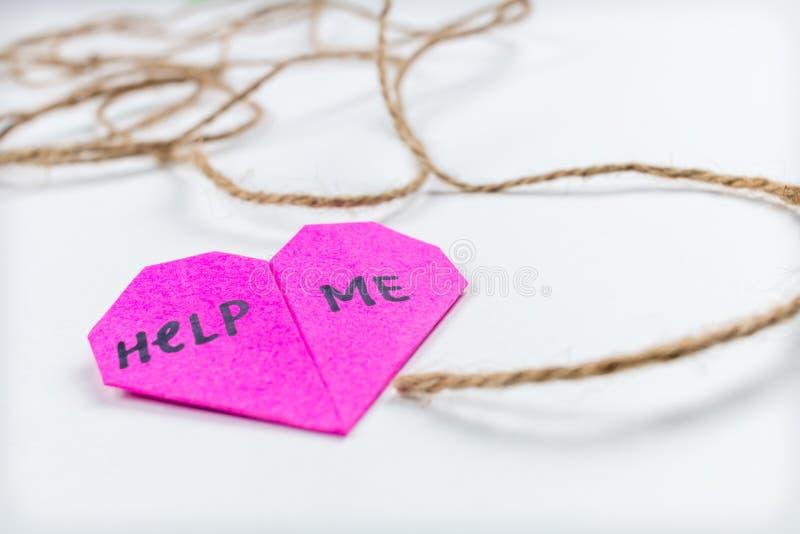 Bewusstsein der psychischen Gesundheit helfen mir Herz-Post-It lizenzfreie stockfotos