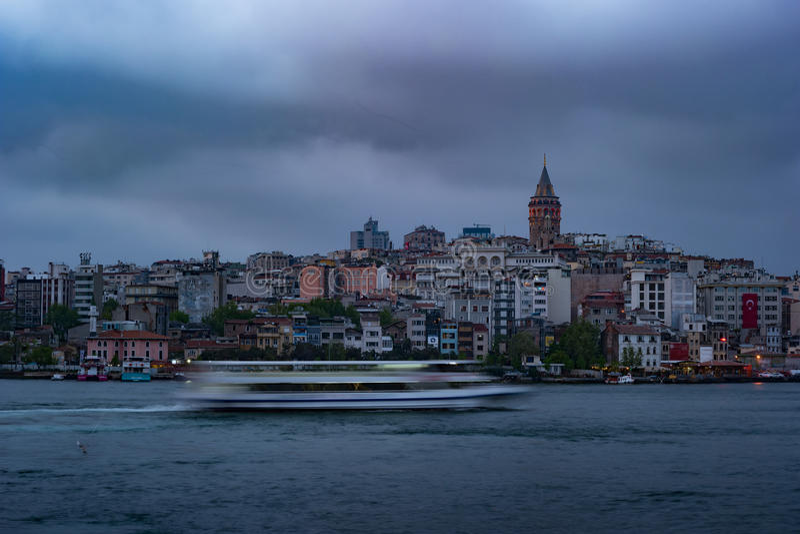 Beyoglu区历史的建筑学和加拉塔塔中世纪地标在伊斯坦布尔,土耳其 免版税库存图片