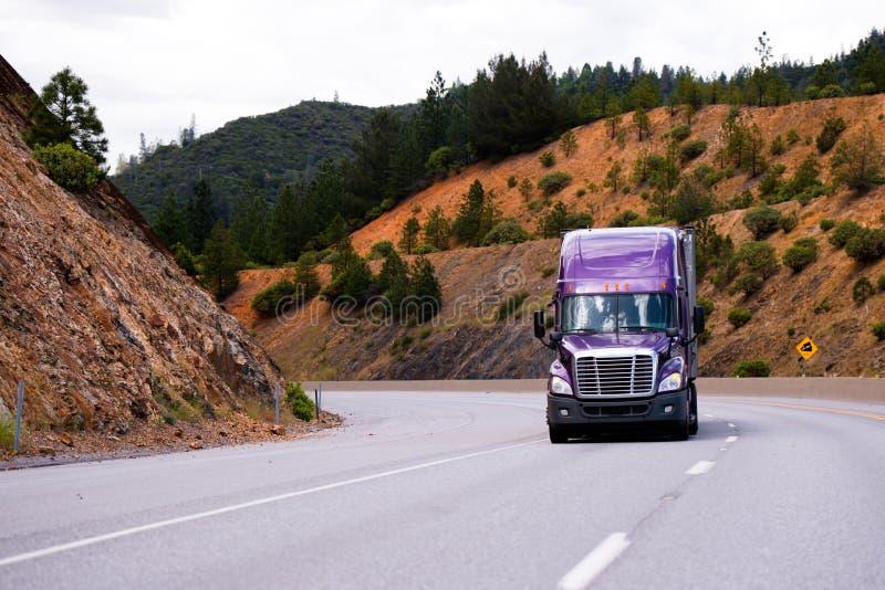 Bez ciężarówka z przyczepą semi rusza się wzdłuż wijącej autostrady dalej obraz stock