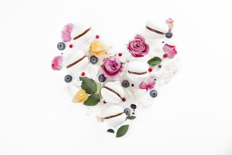 Bez ciastka w kierowym kształcie z kwiatami i czarnymi jagodami zdjęcia stock
