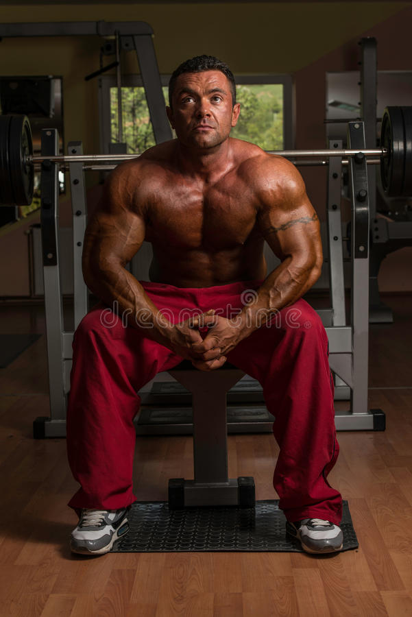 Bez koszuli bodybuilder odpoczywa przy ławką obrazy stock