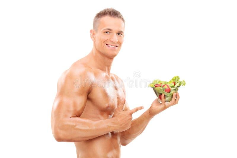 Bez koszuli mężczyzna trzyma sałatki obraz stock