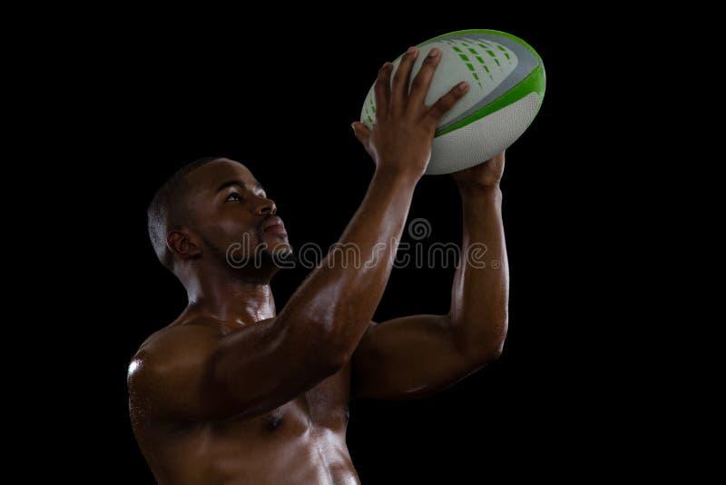 Bez koszuli męskiej atlety rugby chwytająca piłka obrazy stock