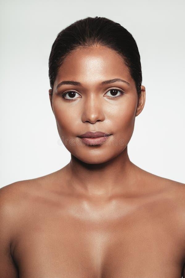 Bez koszuli młoda kobieta z makeup obrazy stock