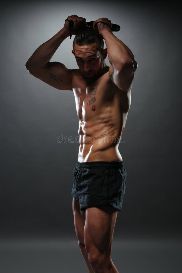 Bez koszuli Mięśniowy mężczyzna chylenia władzy skręcarki bar zdjęcia stock