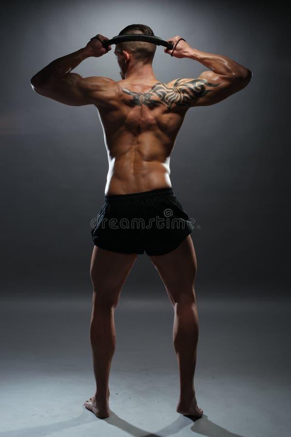 Bez koszuli Mięśniowy mężczyzna chylenia władzy skręcarki bar obraz stock