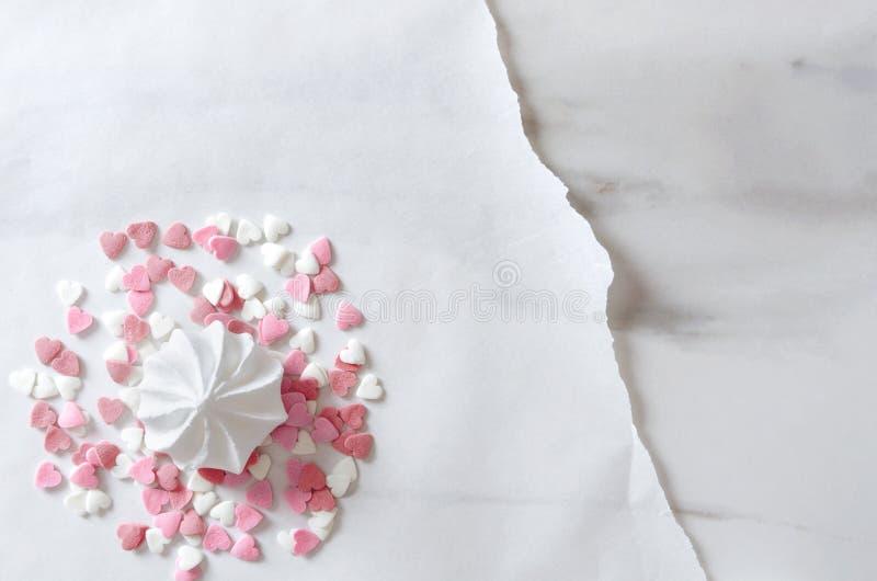 Beza i serce kropimy na wypiekowym papierze na marmurowym stole Pojęcie kartka z pozdrowieniami szablon, odgórny widok obraz stock