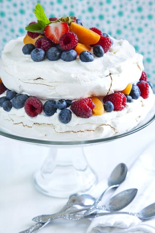 Beza tort z świeżymi jagodami obraz stock