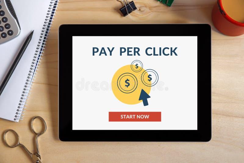 Bezahlung-pro-Klick- Konzept auf Tablettenschirm mit Büro wendet ein stockbild