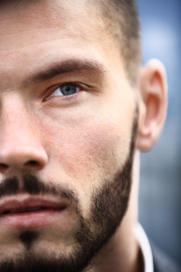Bezaubern und gutaussehender Mann stockfoto