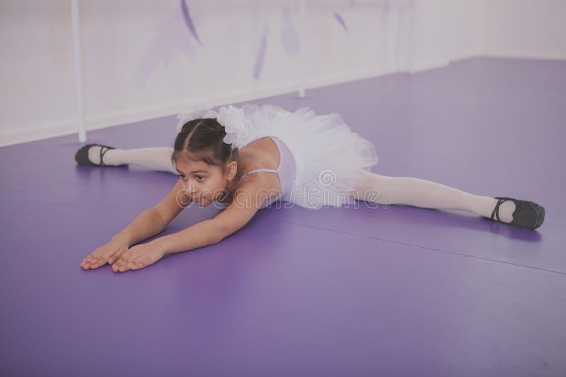Bezaubernde Ballerina des jungen M?dchens, die an der Tanzschule trainiert lizenzfreie stockfotografie