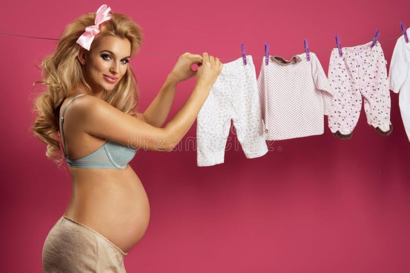 Bezaubernde curvy blonde Frau lizenzfreies stockbild