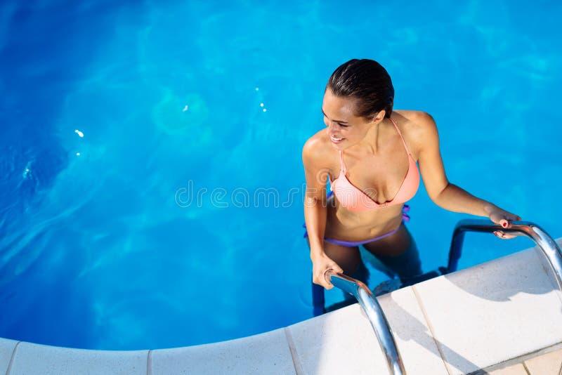 Bezaubernde Frau, die Ferien genießt lizenzfreie stockbilder