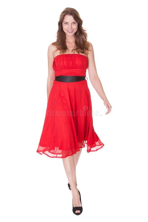 Bezaubernde Frau im roten Kleid lizenzfreie stockfotos