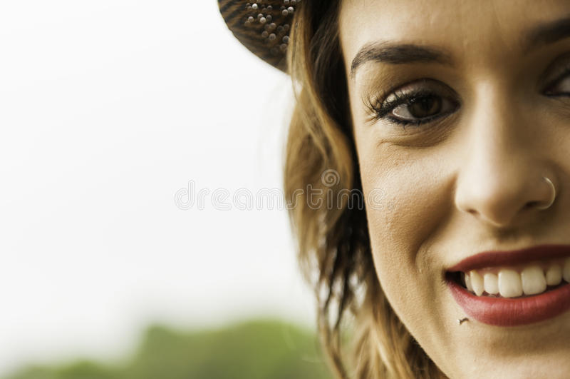 Bezaubernde Frau mit Nasenring lizenzfreie stockfotos