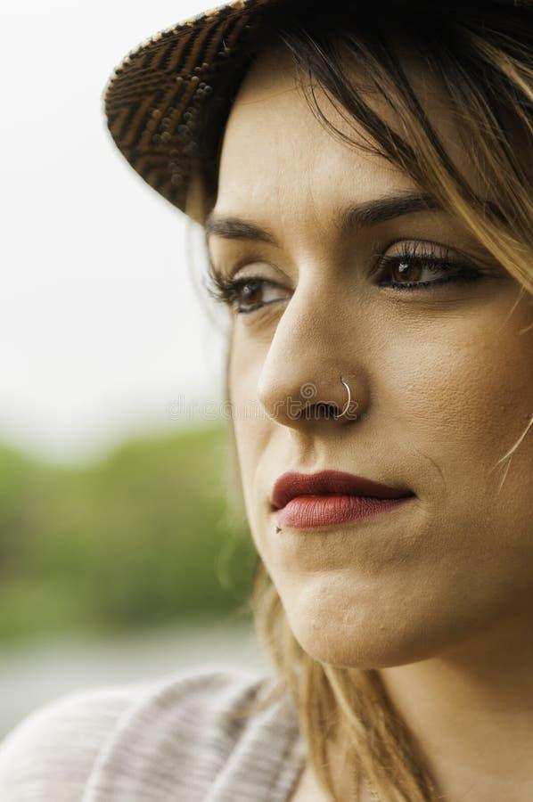 Bezaubernde Frau mit Nasenring stockfotos