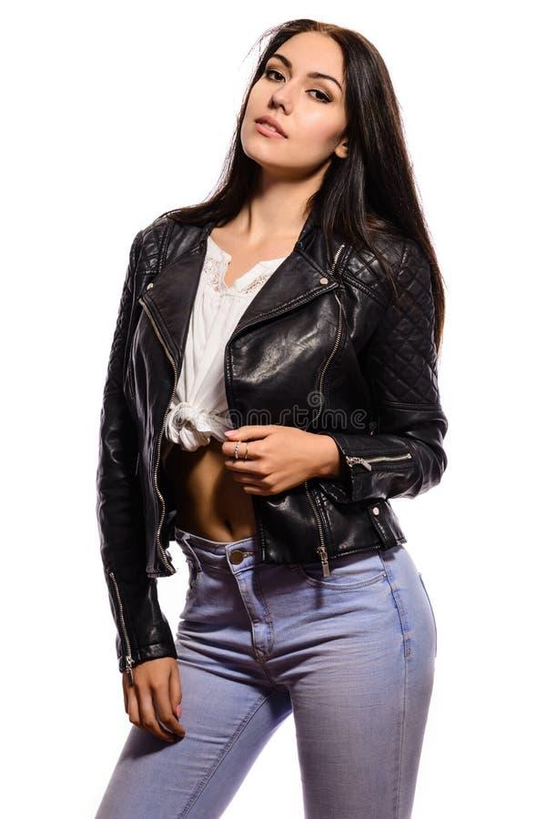 Bezaubernde junge Frau in der schwarzen Lederjacke auf weißem Hintergrund lizenzfreie stockbilder