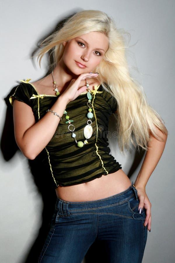 Bezaubernde junge Frau im Hemd und in den Jeans lizenzfreies stockfoto