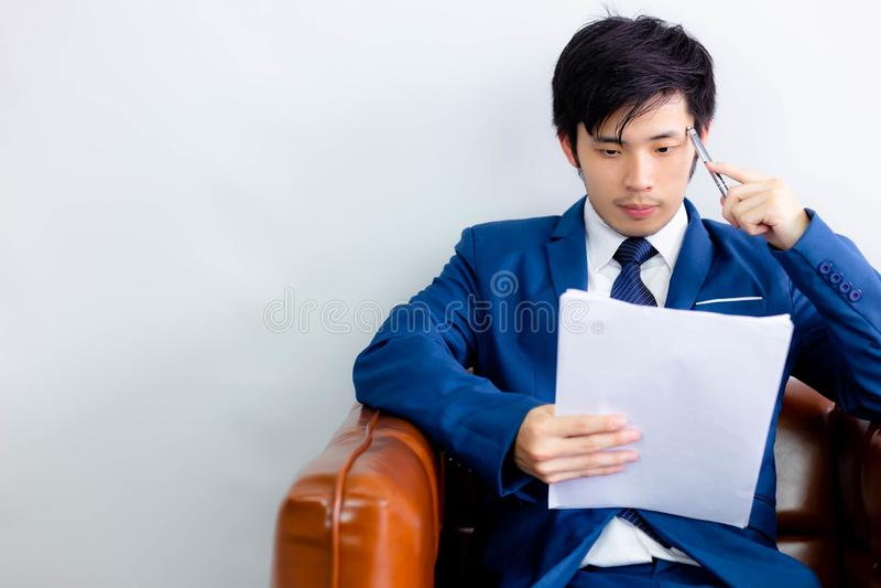 Bezaubernder hübscher junger Kerl denkt seine Arbeit für das Lösen Pro lizenzfreies stockfoto
