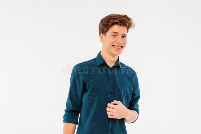 Bezaubernder junger Mann, der kokett das camer lächelt und betrachtet lizenzfreie stockfotos