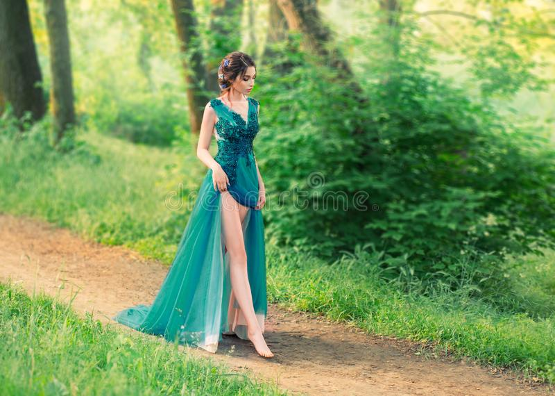 Bezaubernder leichter Engel stieg vom Himmel ab und geht vorsichtig entlang Waldweg nette Prinzessin in langem elegantem elegante stockfotografie