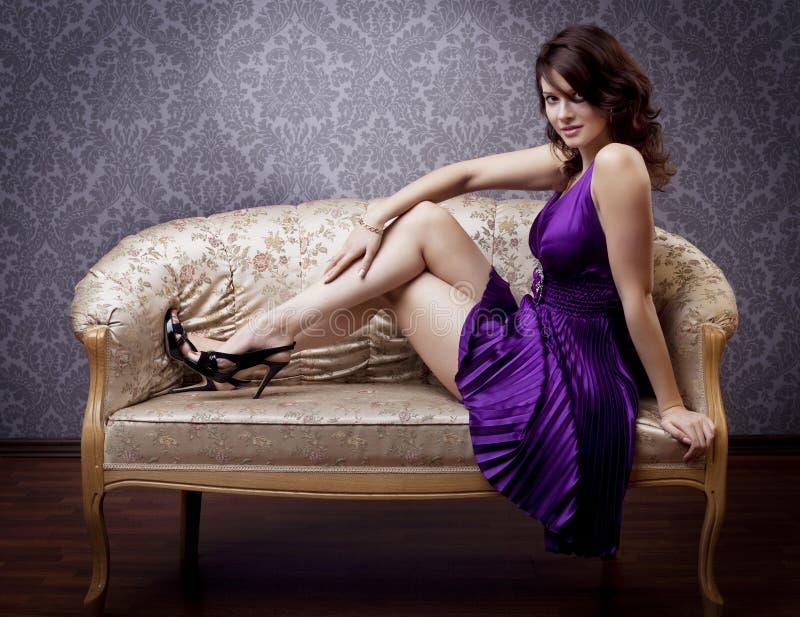 Bezauberndes Mädchen auf der Couch lizenzfreie stockbilder