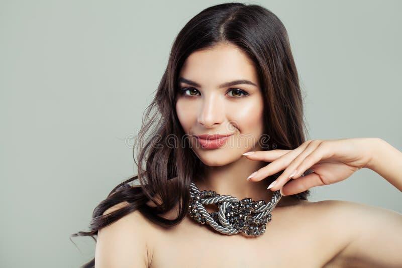 Bezauberndes Mode-Modell Woman mit gesunder Brunette-Frisur lizenzfreies stockbild