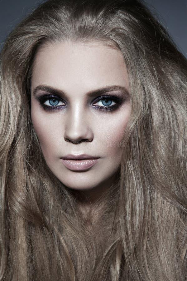 Bezauberndes Porträt der Schönheit mit dem langen Haar und s lizenzfreie stockfotos
