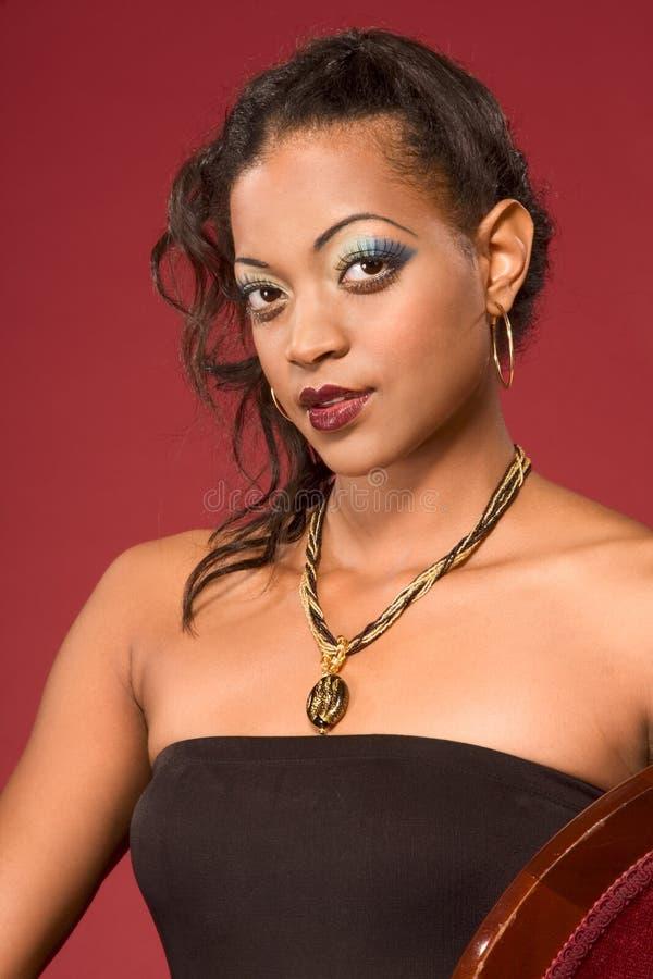 Bezauberndes Portrait der ethnischen Frau mit Halskette stockbilder