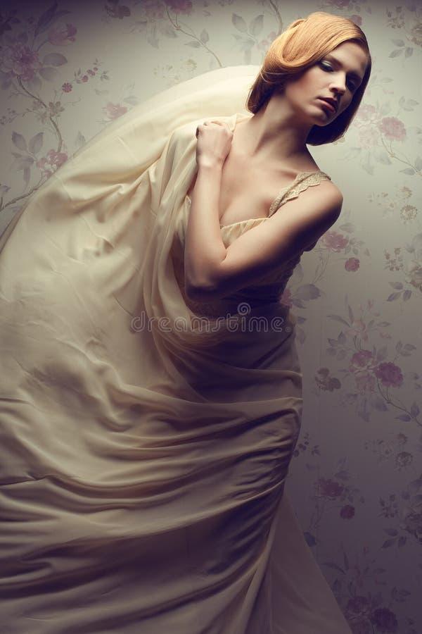 Bezauberndes rothaariges (Ingwer) Mädchen im vapory Kleid stockbild
