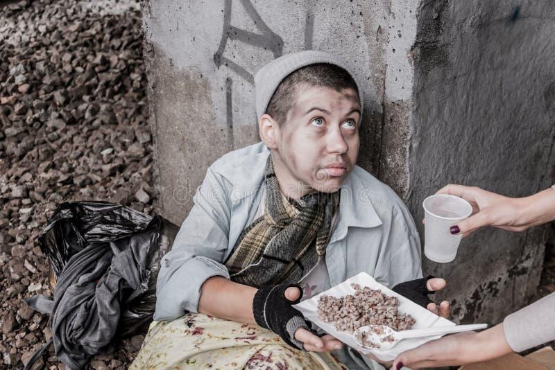 Bezdomna kobieta dostaje pomoc zdjęcia royalty free