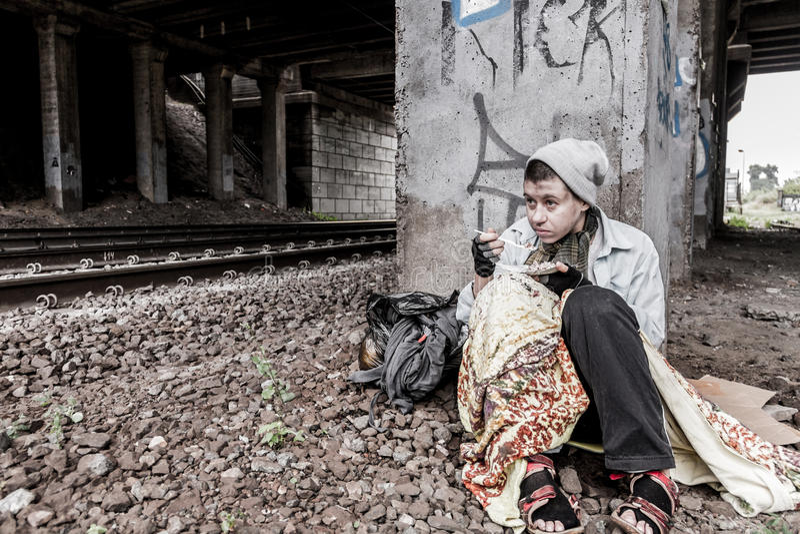 Bezdomna kobieta ma posiłek obraz royalty free