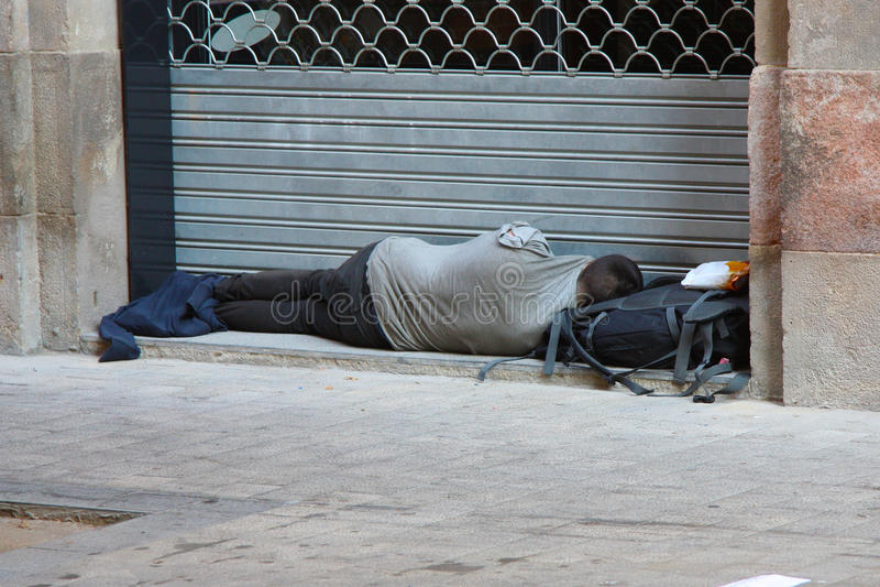 bezdomnego na smutnych Prague street fotografia royalty free