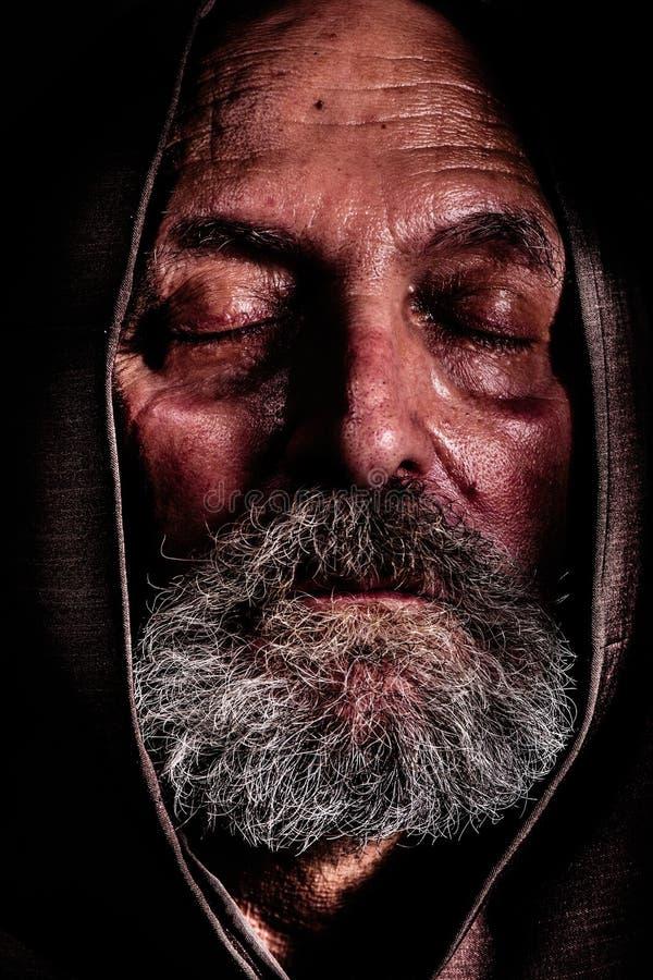 Bezdomny, Capuchin friar Półdupka cierpienie i ubóstwo zdjęcia stock
