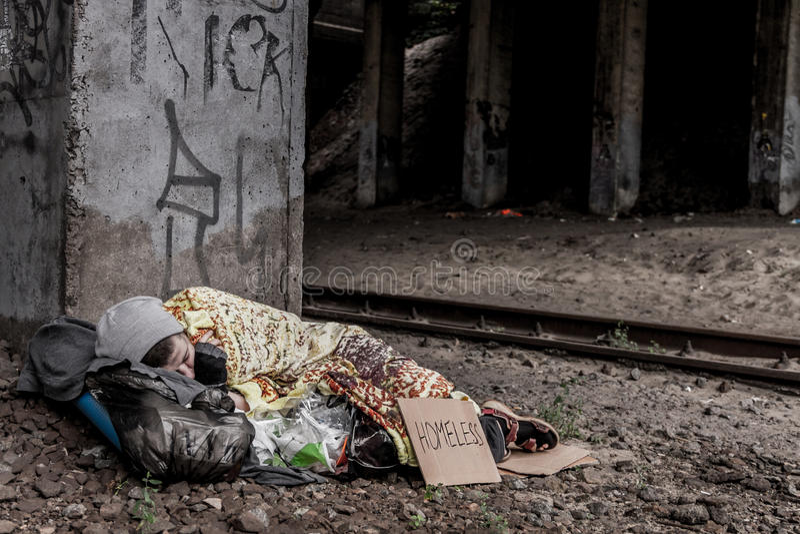 Bezdomny kobiety dosypianie obraz stock