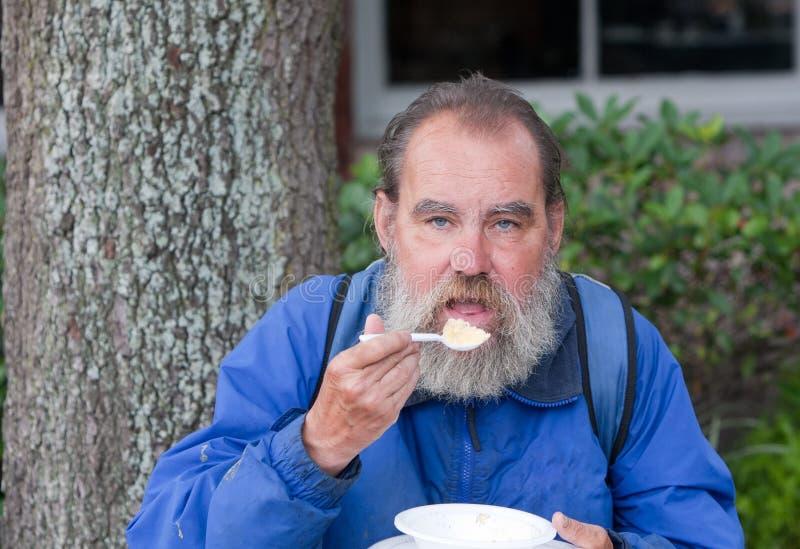 Bezdomny mężczyzna łasowanie zdjęcie royalty free
