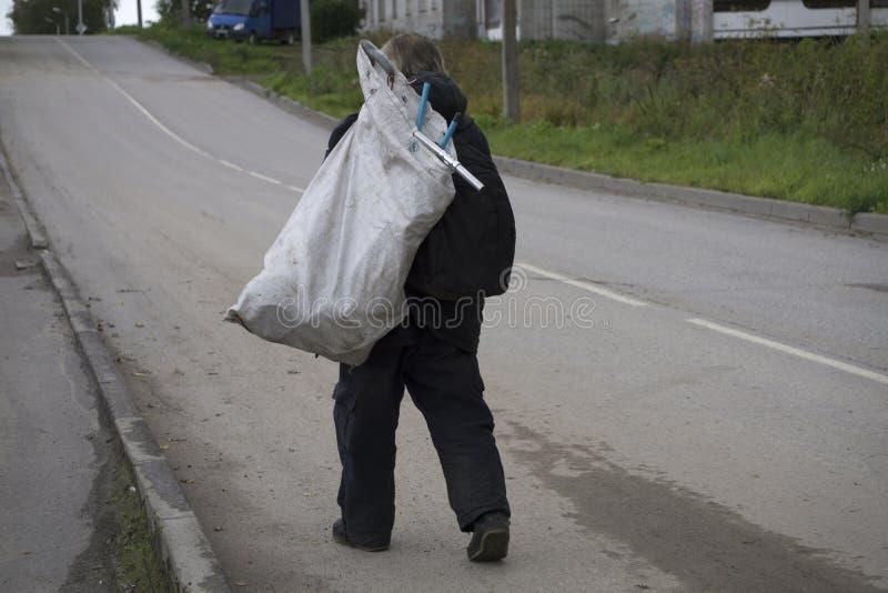 Bezdomny mężczyzna chodzi z torbą zdjęcie stock