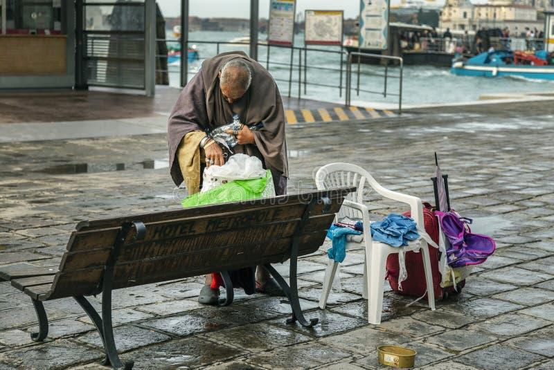 Bezdomny m??czyzna na ulicie Wenecja fotografia stock