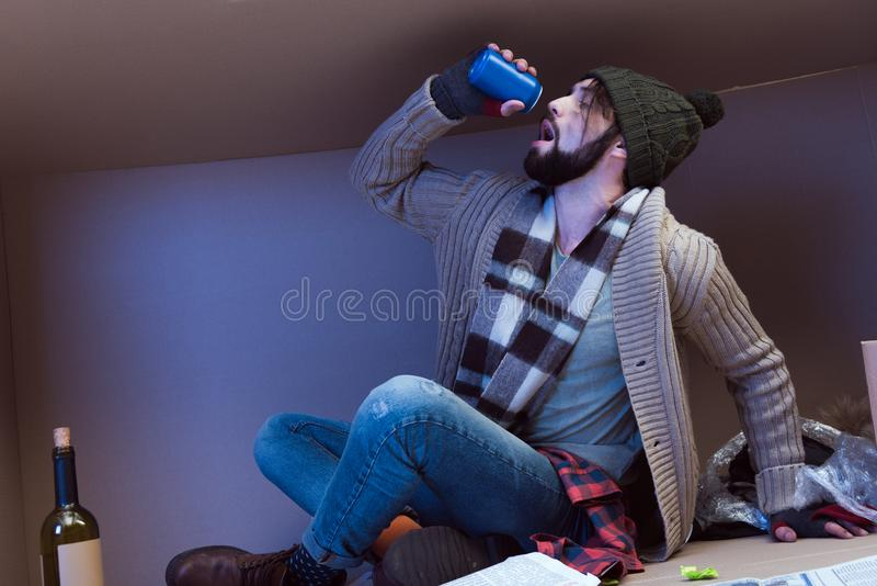 Bezdomny mężczyzna pije alkohol obrazy stock