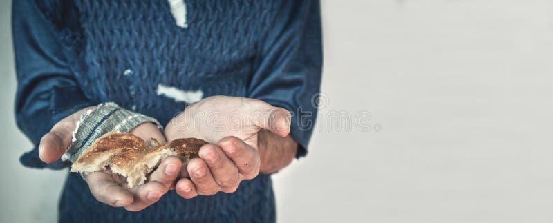 Bezdomny mężczyzna pokazuje kawałki chleb obraz stock