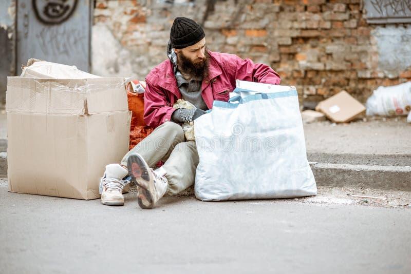 Bezdomny przygn?biony ?ebrak na ulicie fotografia stock