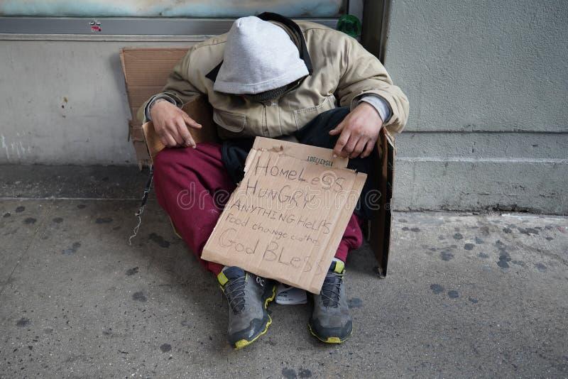 Bezdomny uduszony podczas zimnej pogody w Midtown Manhattan obrazy stock