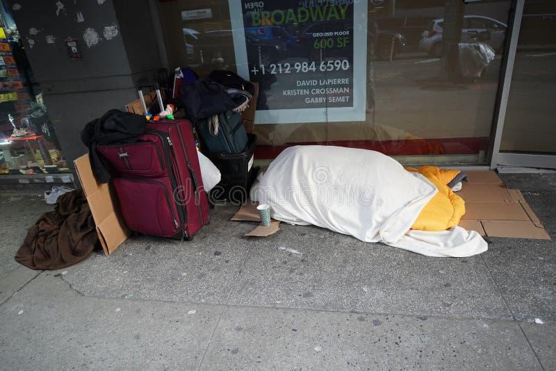 Bezdomny uduszony podczas zimnej pogody w Midtown Manhattan fotografia royalty free
