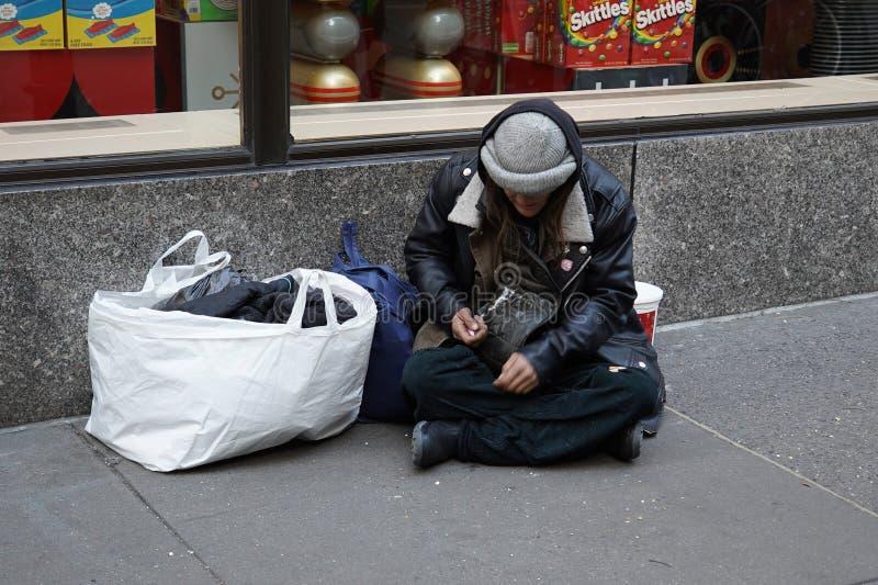 Bezdomny uduszony podczas zimnej pogody w Midtown Manhattan obraz stock