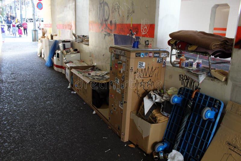 Bezdomny w centrum miasta Tokio i akci postać obraz royalty free