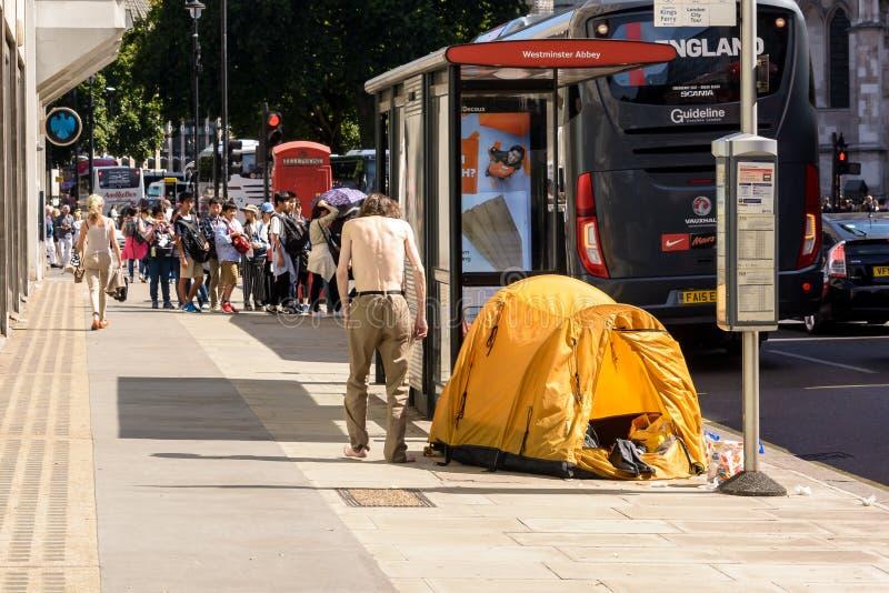 Bezdomny z namiotem obok autobusowej przerwy w opactwo abbey Lon fotografia royalty free