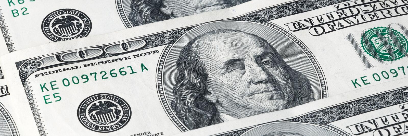 Bezeichnungen von hundert Dollar, gelegen auf einer Diagonale Franklin-Winks lizenzfreies stockbild