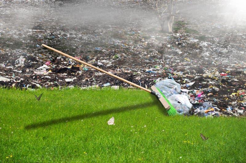 Bezem die het huisvuil, ecologieconcept wegvegen royalty-vrije stock afbeelding