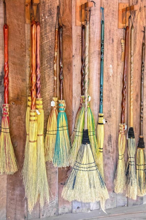 Bezems voor verkoop - de verscheidenheid van decoratieve bezems die als zij kijken wordt gemaakt voor heksen en tovenaars en het  royalty-vrije stock foto